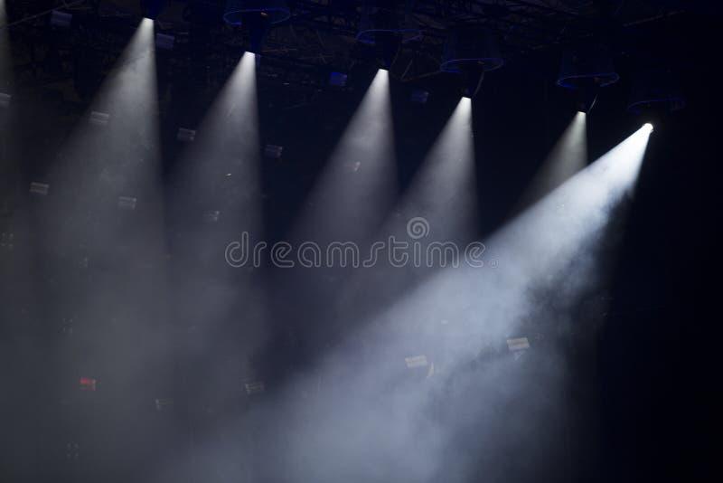 Foule de concert devant les lumières lumineuses d'étape image libre de droits