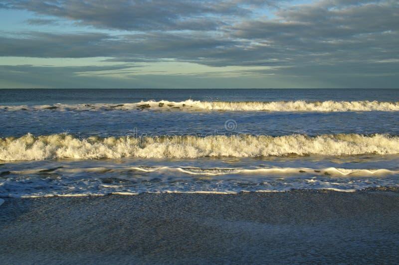 Foule de crête au lever du soleil dans le golfe du Mexique photos stock