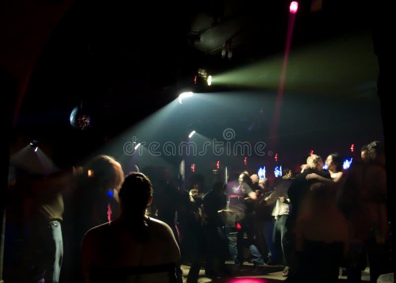 Foule de danse de boîte de nuit photos stock