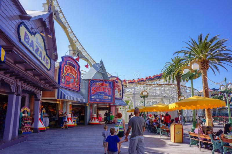 Foule de famille de promenade de Disney d'aventure de la Californie image stock