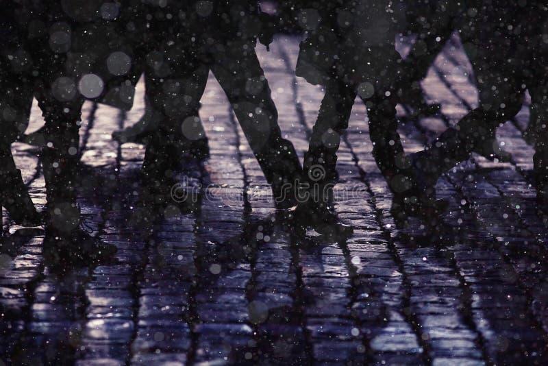 Foule de personnes de silhouettes de jambes de fond photo stock