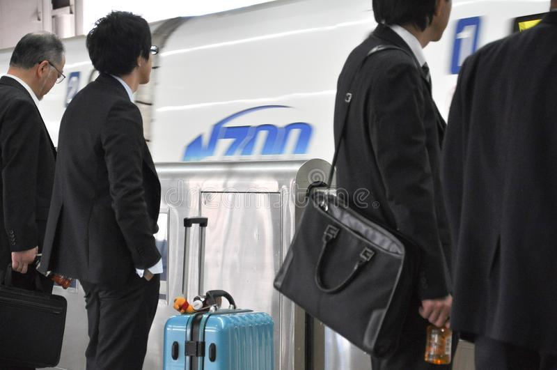 Foule des passagers attendant le train à la plate-forme dans la station photographie stock