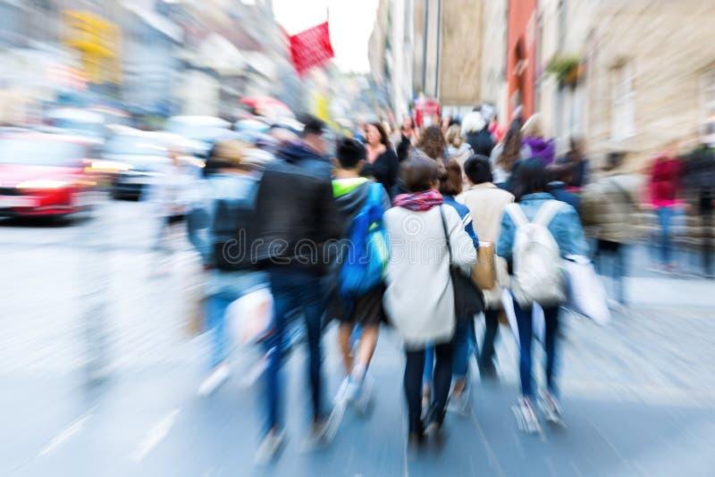 Foule des personnes dans la ville avec l'effet de bourdonnement photo libre de droits