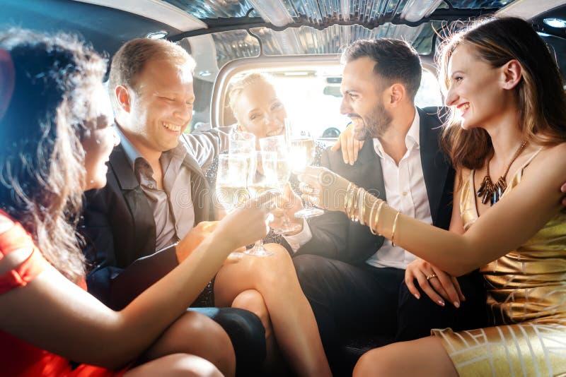 Foule des personnes de partie dans une limousine avec des boissons photo stock
