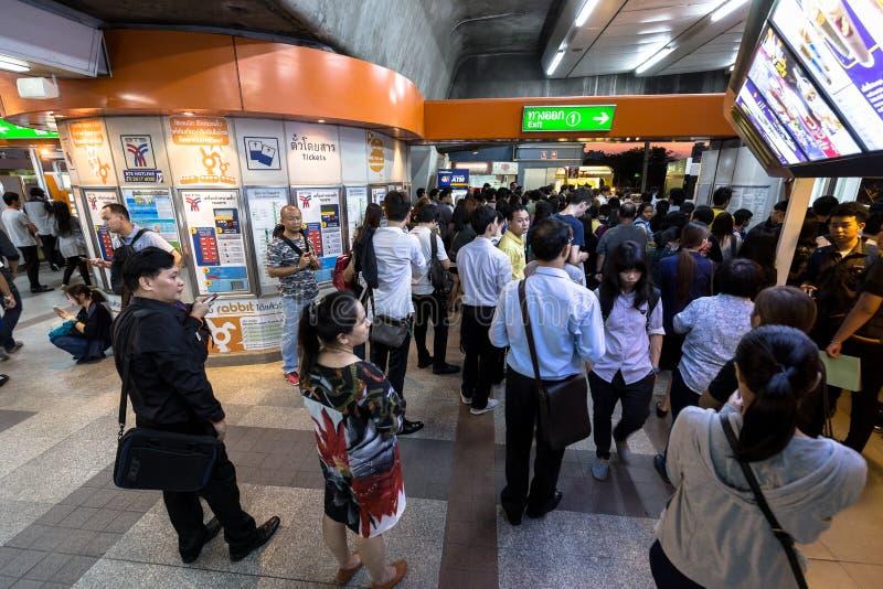 Foule des personnes en heure de pointe à la station de train de BTS Mo Chit images libres de droits