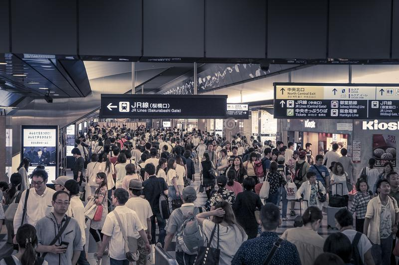 Foule des personnes marchant, station de train d'Osaka Umeda, juillet, 15, 20 photographie stock libre de droits