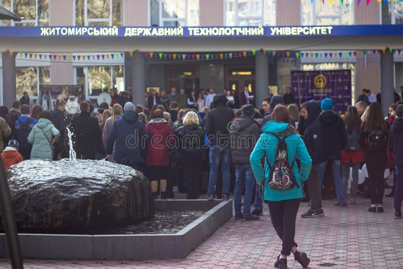 Foule des personnes marchant sur la rue de ville photo libre de droits