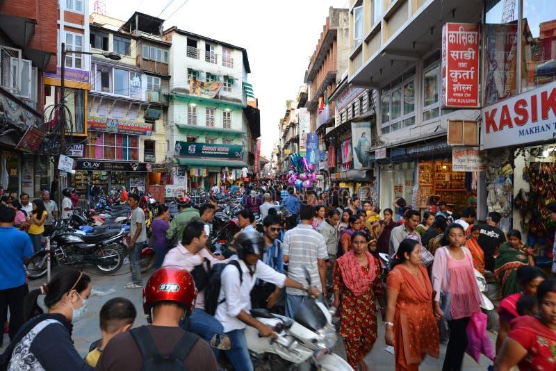 Foule des personnes népalaises locales sur les rues de Katmandou image stock