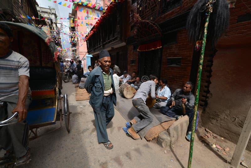 Foule des personnes népalaises locales sur les rues de Katmandou images stock