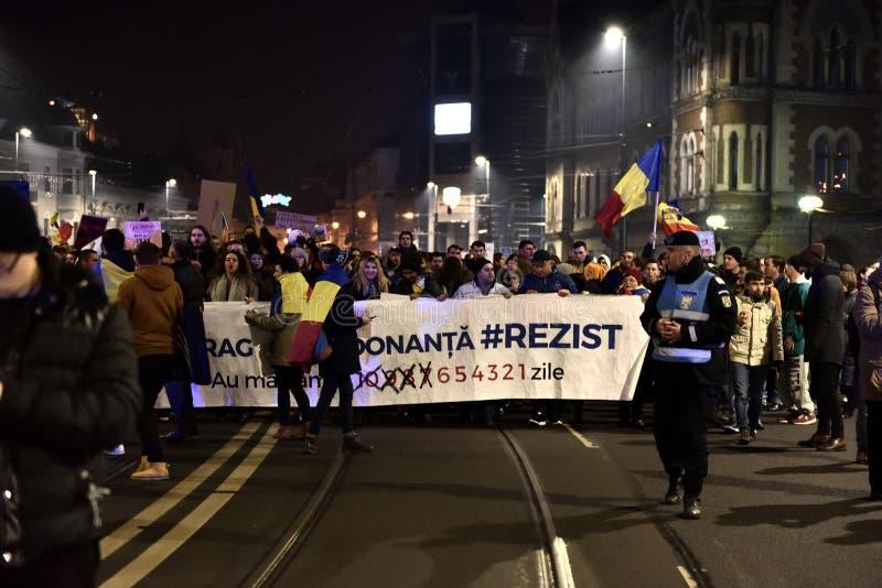 Foule des personnes protestant contre les politiciens corrompus de Roumain photographie stock