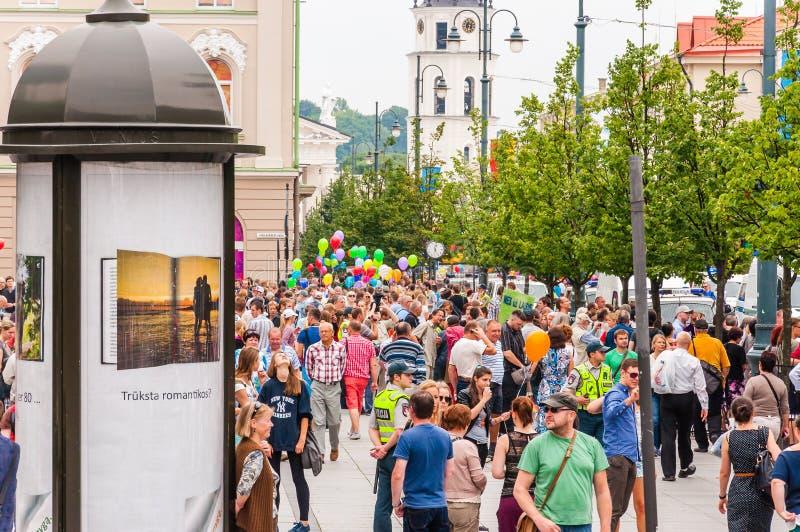 Foule des personnes se tenant sur des trottoirs de rue de Gedimino pendant le Gay Pride Célébration d'événement lesbienne, gai, b photographie stock libre de droits