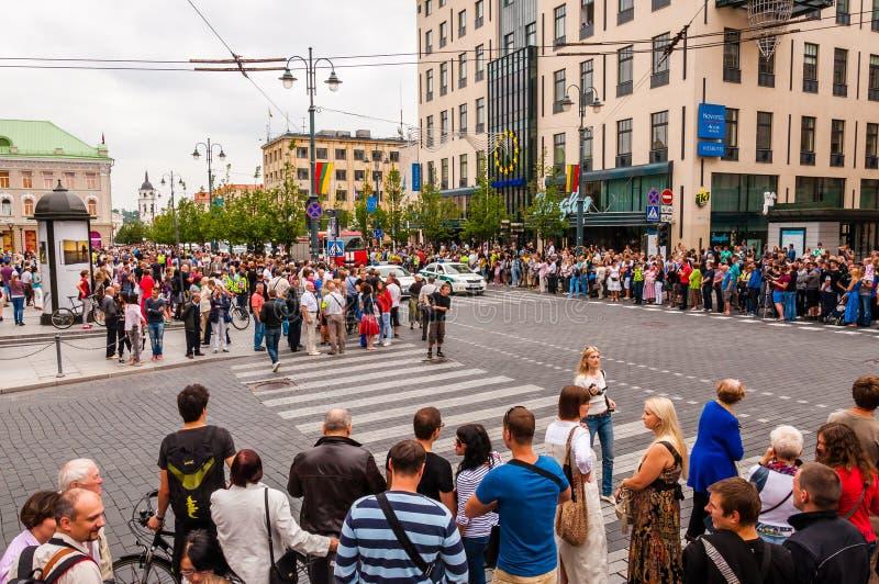 Foule des personnes se tenant sur des trottoirs de rue de Gedimino pendant le Gay Pride Célébration d'événement lesbienne, gai, b photos stock