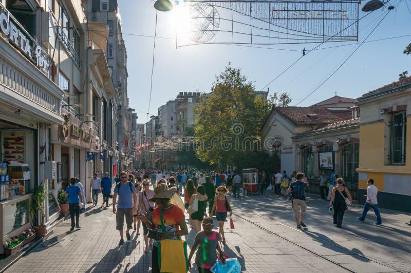 Foule des personnes sur la rue célèbre d'Istiklal dans la banlieue de Beyoglu d'Istanbul photographie stock libre de droits