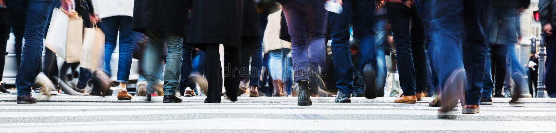 Foule des personnes traversant une rue de ville images libres de droits