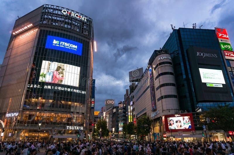 Foule des touristes et des gens du pays sur le croisement célèbre de Shibuya à Tokyo photo stock