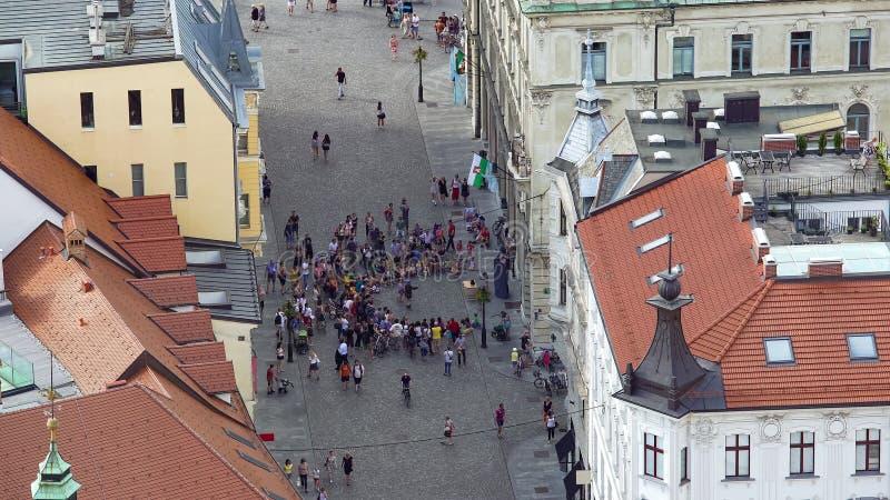 Foule des touristes observant la représentation de rue, secteur à haut risque de pickpocket dans la ville image stock