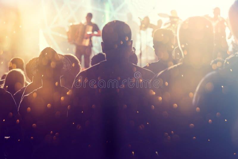 Foule encourageante à un concert photos libres de droits