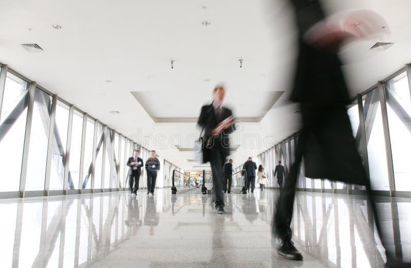 Foule mobile dans le couloir photographie stock libre de droits