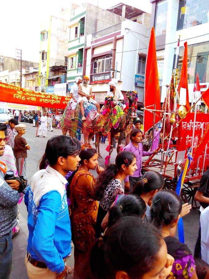 Foule publique dans le cortège religieux dans les rues d'Ujjain pendant le mela 2016, Inde de kumbh de Maha de simhasth images libres de droits
