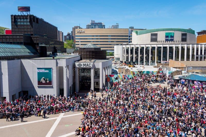 Foule sur des arts de DES d'endroit à Montréal photographie stock libre de droits