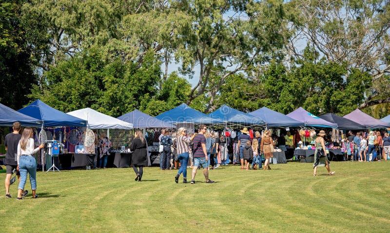 Foules appréciant la nourriture extérieure et le festival du vin photo libre de droits