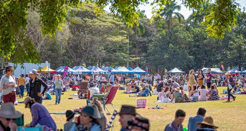 Foules appréciant la nourriture extérieure et le festival du vin photographie stock libre de droits