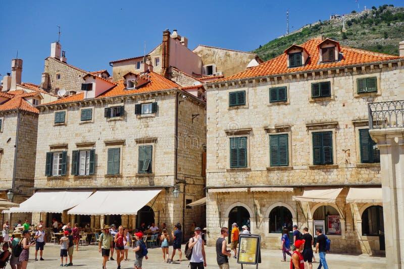 Foules d'heure du déjeuner dans Dubrovnik médiéval, Croatie images libres de droits