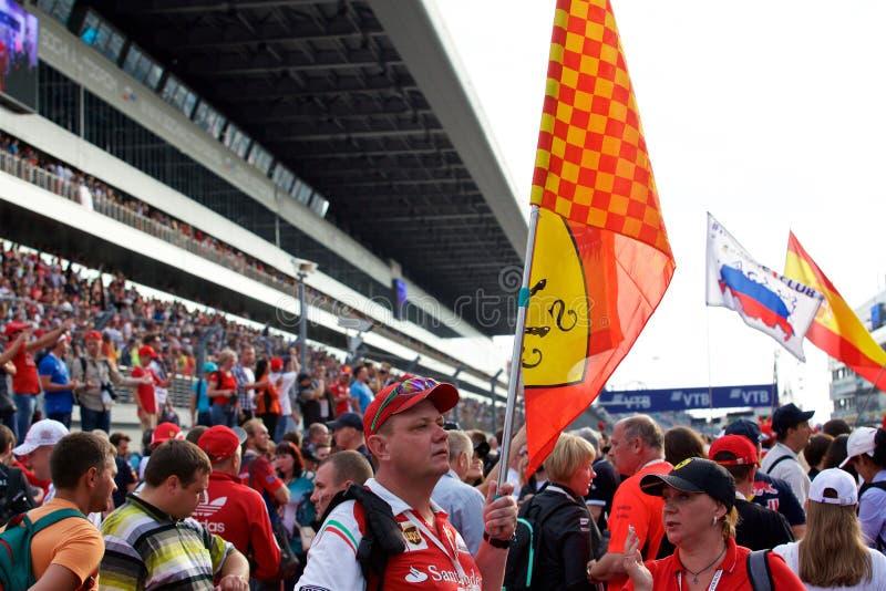 Foules de la formule 1 de fans sur la ligne de départ images stock