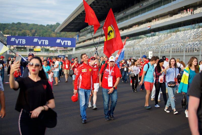 Foules de la formule 1 de fans sur la ligne de départ photographie stock