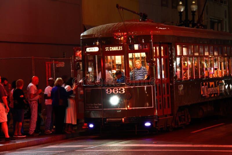 Foules de nuit de véhicule de rue de rue Charles de la Nouvelle-Orléans images stock