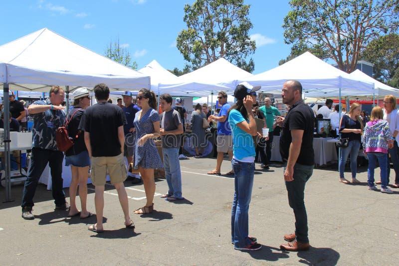 Foules des personnes appréciant l'offre des échantillons alimentaires, festival de nourriture d'Encinitas, San Diego California,  photographie stock libre de droits