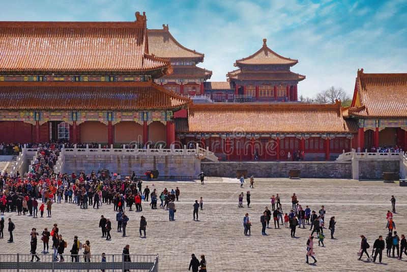 Foules des personnes devant les murs rouges avec les toits oranges du musée de palais, connus sous le nom de Cité interdite, dans photo libre de droits