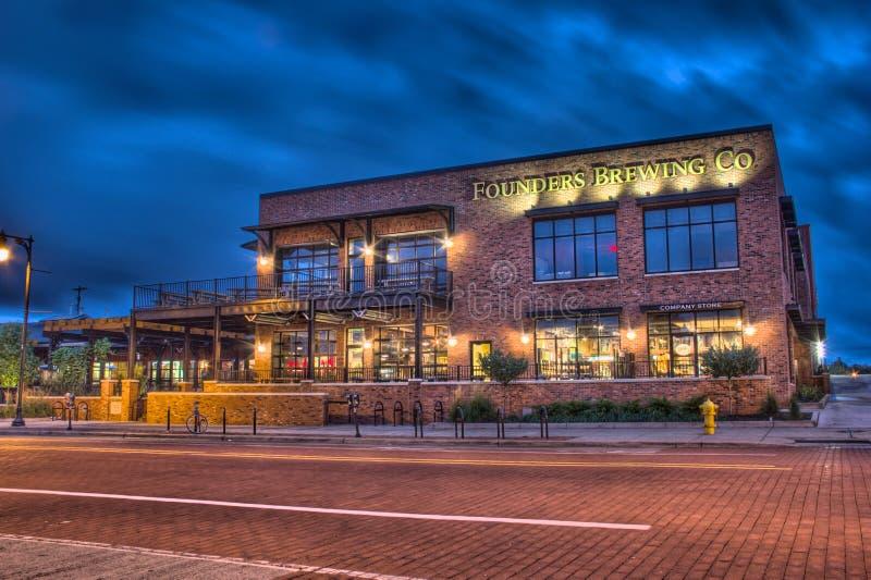 Founders Brewing Company的夜间图片 免版税库存图片