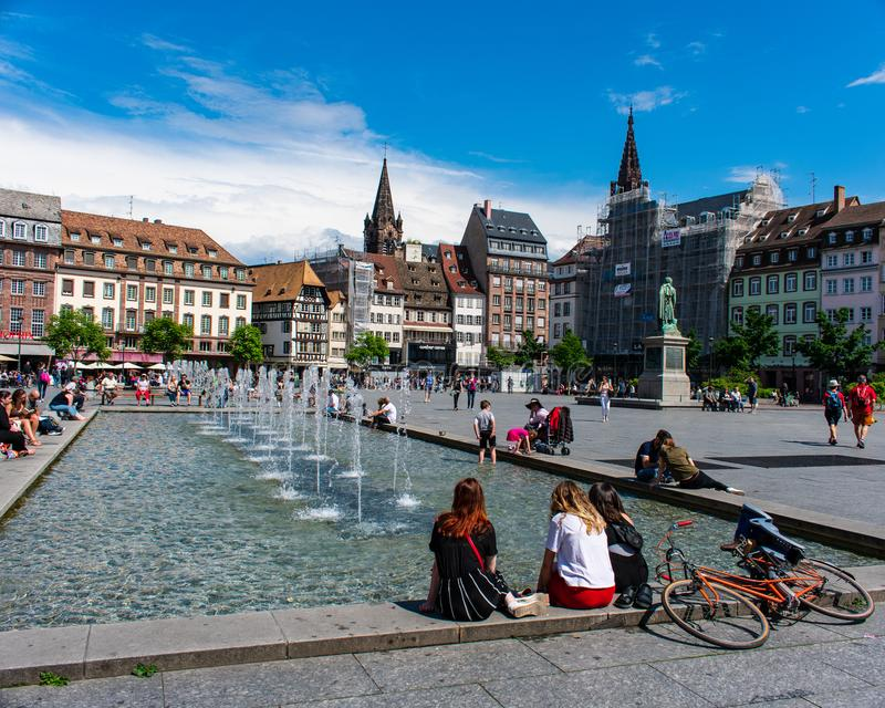 Fount в городке, страсбург, Франция стоковая фотография rf