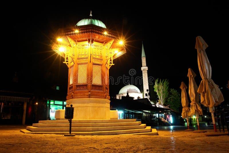 Fount storico a Sarajevo - scena di notte immagine stock