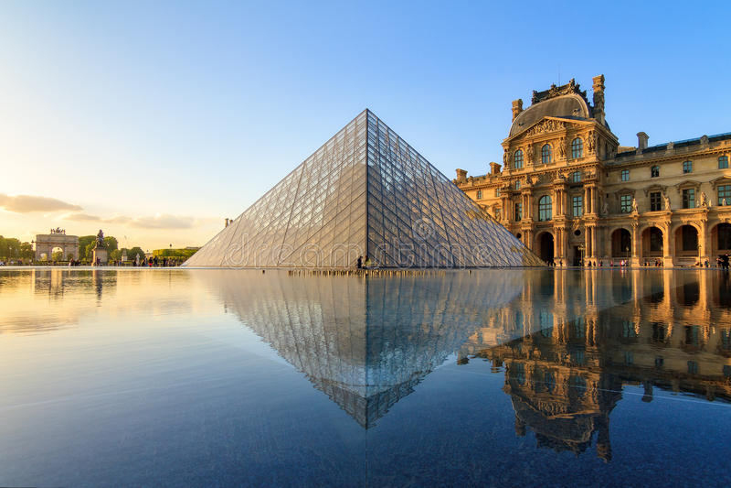 Fountain reflection Louvre royalty free stock photos