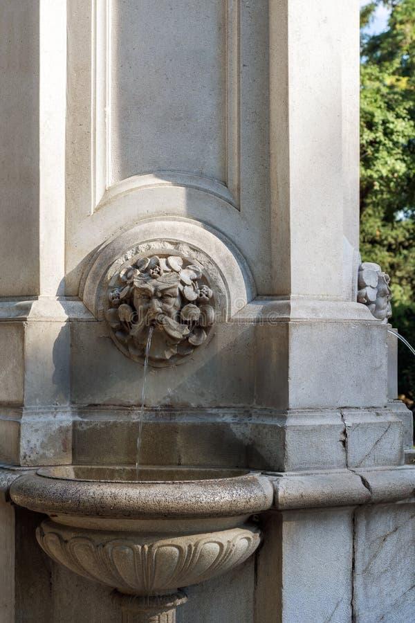 Fountainlet в парке города стоковые фотографии rf