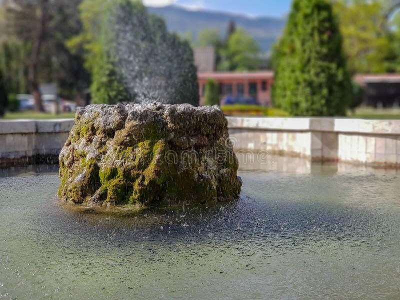 Fountaint de l'eau en parc de ville à Skopje avec le fond photos stock