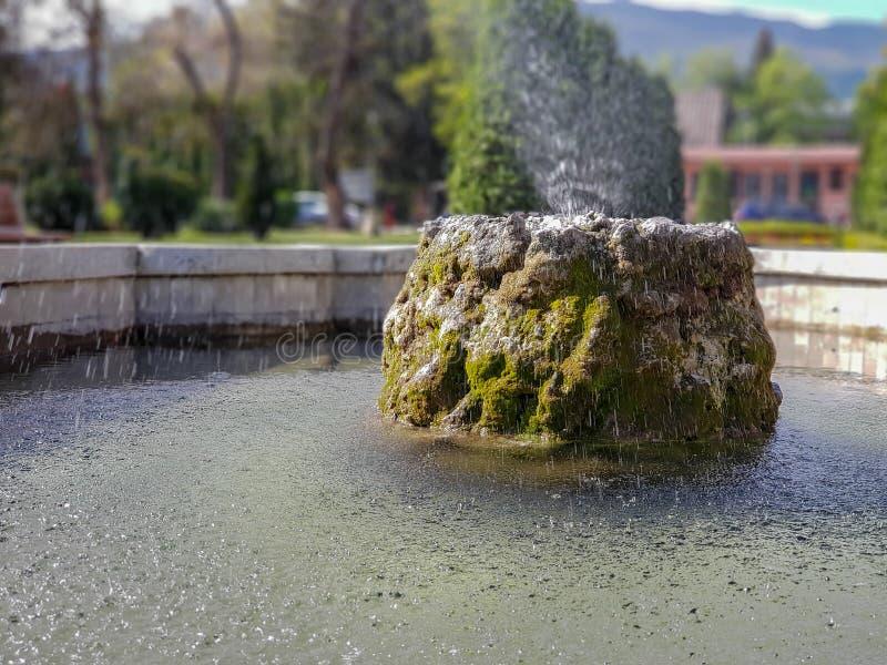 Fountaint dell'acqua nel parco della città a Skopje fotografia stock