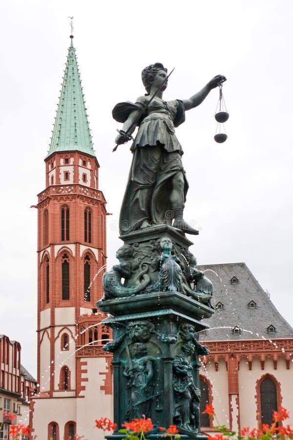 Fountine avec la statue de Madame Justice à Francfort image libre de droits