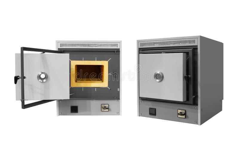 Four à moufle à hautes températures industriel de laboratoire d'isolement sur le fond blanc photographie stock libre de droits