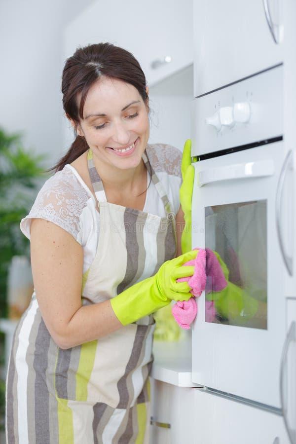 Four de nettoyage de femme de ménage images libres de droits