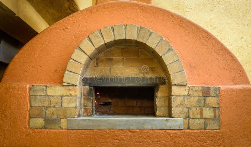 Download Four De Pizza Du Feu En Bois Photo stock - Image du orange, brique: 77153544