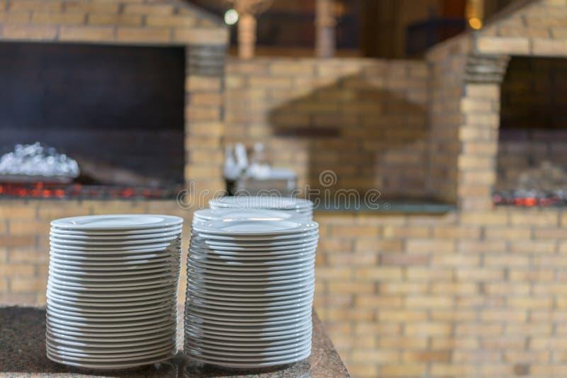 four en pierre dans le restaurant Restaurant extérieur avec le fourneau en pierre Four de brique pour le pain de cuisson Un four  photos libres de droits