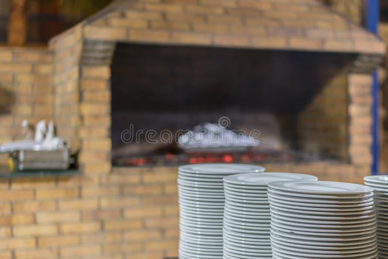 four en pierre dans le restaurant Restaurant extérieur avec le fourneau en pierre Four de brique pour le pain de cuisson Un four  photo stock