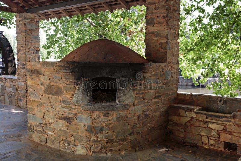 Four mis le feu par bois communal local d'ethnographie de Serta photo stock