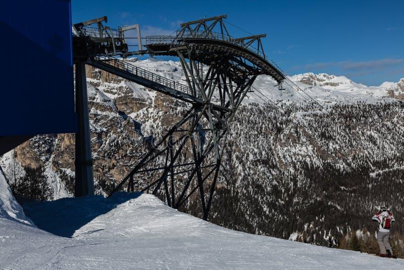 Four-seater moderno Ski Lifts dentro em cumes italianos das dolomites no dia de inverno com neve foto de stock royalty free