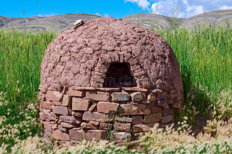 Four traditionnel d'argile dans le village bolivia photos stock