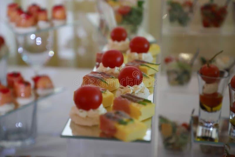 Fourchette πρόχειρα φαγητά για τον εορταστικό πίνακα canapé στοκ εικόνες