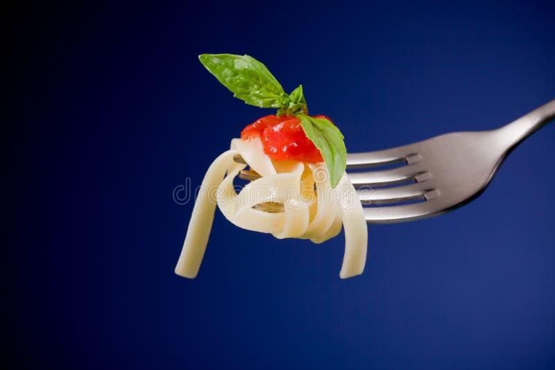 Fourchette avec la sauce de pâte et tomate photos libres de droits